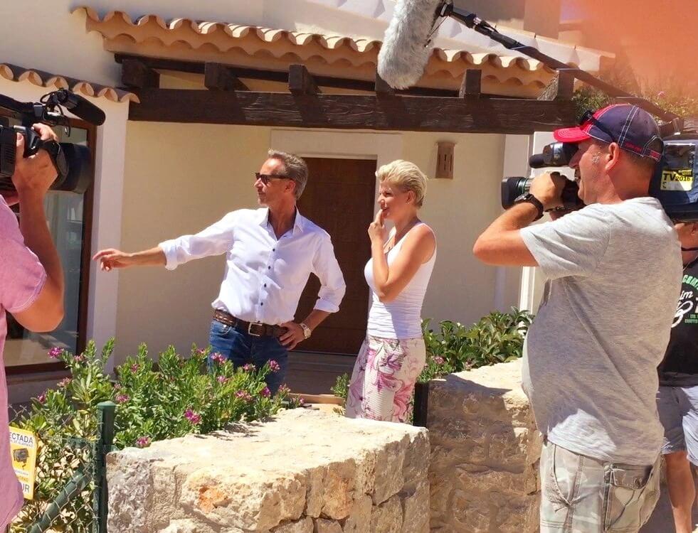 Holger Vogt zeigt Melanie Müller ein Haus am Golfplatz in Camp de Mar.